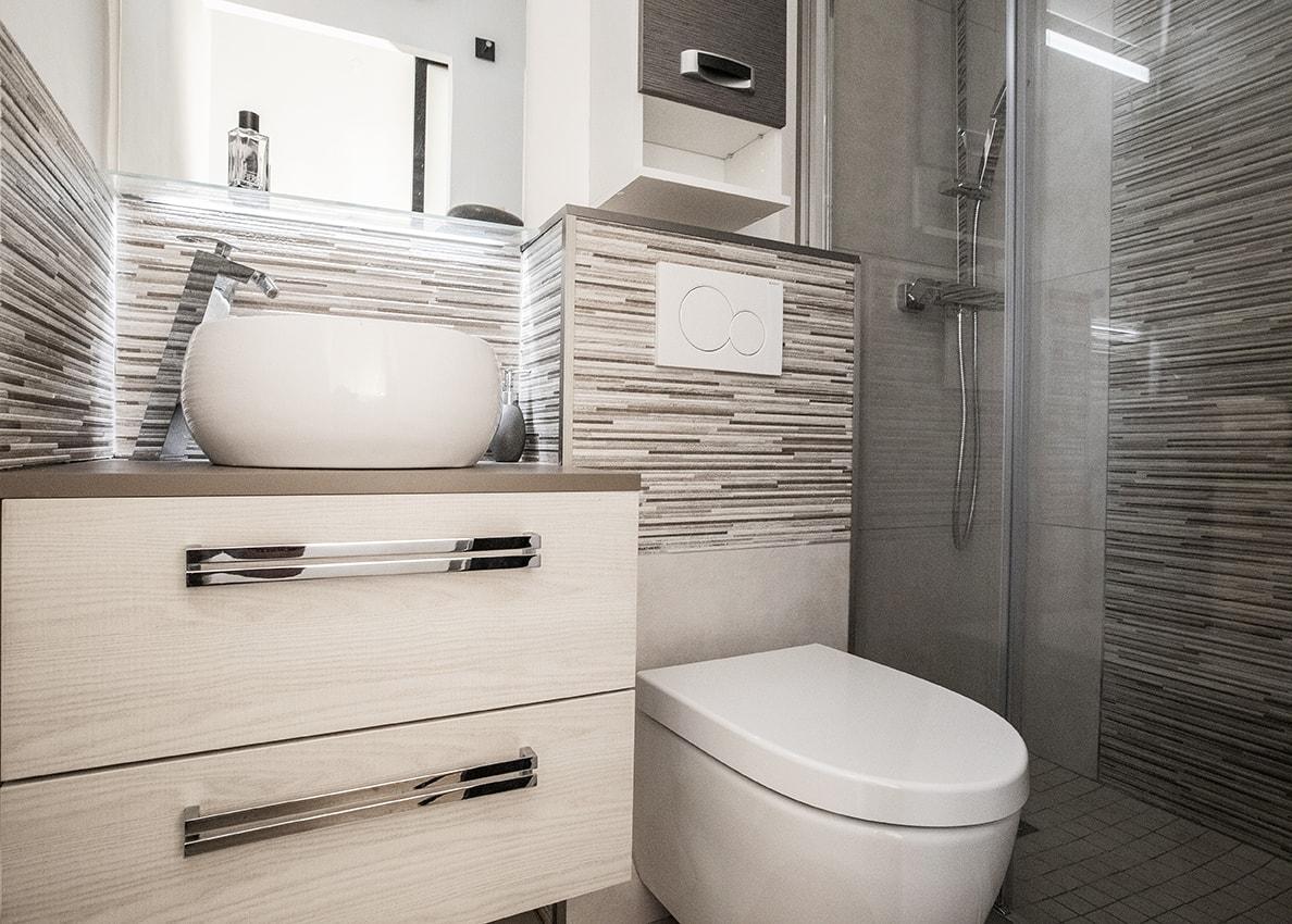 La salle de bain de 2m² totalement réaménagée et optimisée.