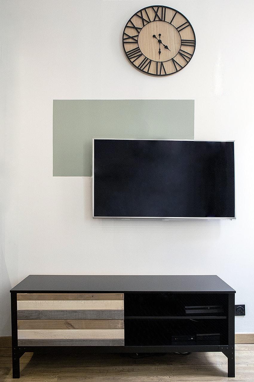 Du color zoning permet d'habiller le mur tv.